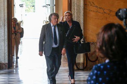 Marine Le Pen y  Gilbert Collard a su llegada a la Asamblea Nacional francesa, en París, en una imagen de archivo.