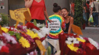 Chicas riendo en una plaza de Lavapiés. (Agosto, 18:00)