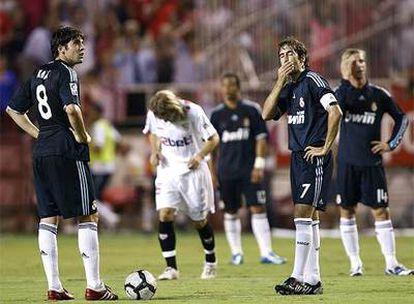 Kaká y Raúl, ante el segundo gol del Sevilla.