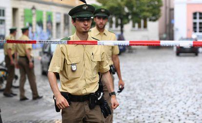 Dos policías en Ansbach, donde un solicitante de asilo sirio se hizo estallar el domingo por la noche.
