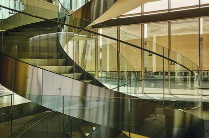 Una enorme escalera de madera y cristal preside la entrada del Technogym Village.