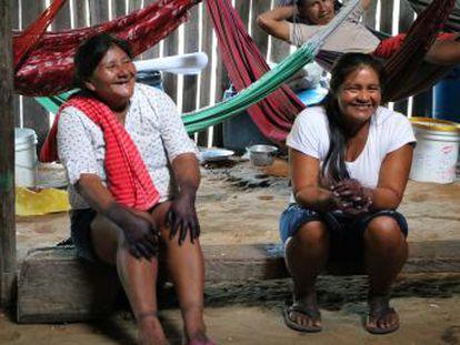 Mujeres indígenas en la Amazonía colombiana fortalecen su papel dentro la comunidad a través de la conservación ambiental.