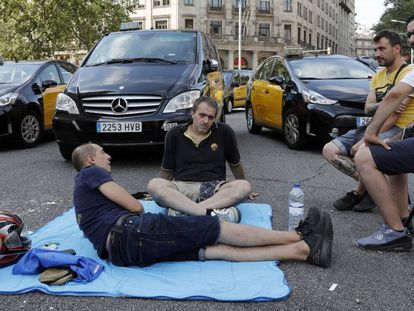 Taxistas en huelga acampados en la Gran Via de Barcelona