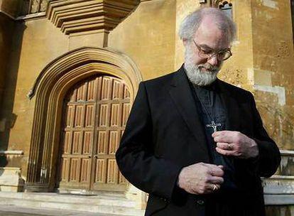 El arzobispo de Canterbury, Rowan Williams, ajusta su cruz en el palacio Lambeth, en Londres.