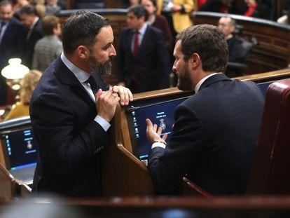 El presidente del Partido Popular, Pablo Casado (derecha) y el líder de Vox, Santiago Abascal, conversan en el Congreso.