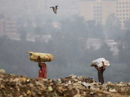 Una niña india trabaja con su madre este viernes en un vertedero en Nueva Delhi.