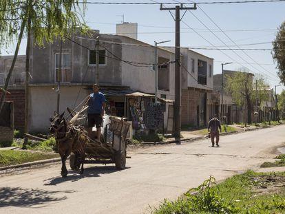 Un cartonero a caballo cruza el barrio de Villa Nueva, en la ciudad argentina de Berisso.