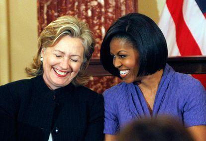 La esposa del presidente de Estados Unidos, Michelle Obama, y la secretaria de Estado, Hillary Clinton, durante la entrega de los premios Mujeres con Coraje.