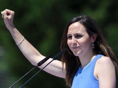 Ione Belarra alza el puño durante la asamblea de Unidas Podemos en Alcorcón, Madrid, este domingo.