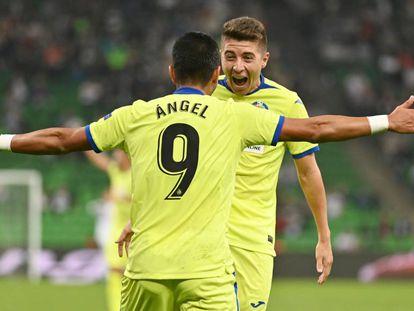Ángel celebra uno de sus goles con Portillo.