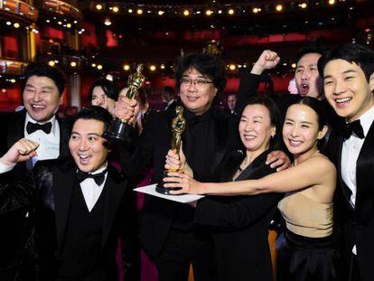 El director de 'Parásitos', Bong Joon-ho (centro), junto a los miembros de su equipo. En vídeo, resumen de los principales premios de la gala.