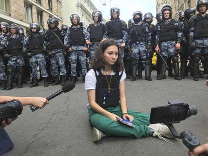 La activista Olga Misík sostiene un ejemplar de la Constitución rusa frente a la policía en una protesta en Moscú, en julio de 2019.