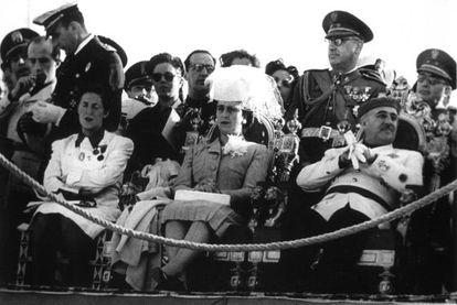 De derecha a izquierda: Francisco Franco, Carmen Polo de Franco y Pilar Primo de Rivera, en un acto de la sección femenina en El Escorial, en 1944.