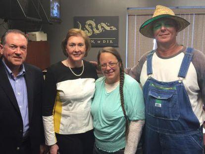 El candidato republicano Mike Huckabee (Izda.) junto a Kim Davis (tercera por la izquierda) nada más ser liberada.