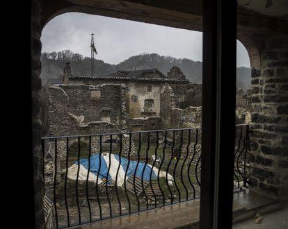 Ruinas y viviendas en construcción en Jánovas desde el interior del establecimiento rural casa Agustín.