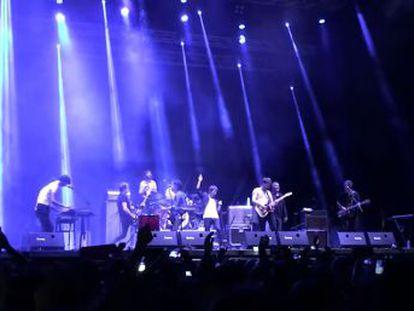 Los grupos tocaron un popular tema de los de Baeza, que sufieron un grave accidente en agosto, en un festival de Guadalajara