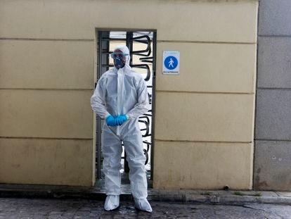 Un miembro de la Unidad Militar de Emergencias realiza tareas de limpieza y desinfección en la Estación Marítima del puerto de Málaga por la pandemia del nuevo coronavirus.