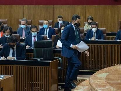 El presidente de la Junta de Andalucía, Juan Manuel Moreno, antes de su intervención en el debate sobre el estado de la comunidad, este miércoles en el Parlamento autonómico.