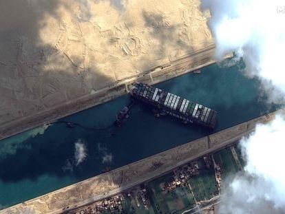 Imagen satelital de Maxar Technologies del canal de Suez en la que se ve el buque encallado.