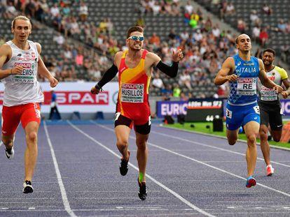 Óscar Husillos, flanqueado por Zalewski y Re, ayer en su serie del 400m.