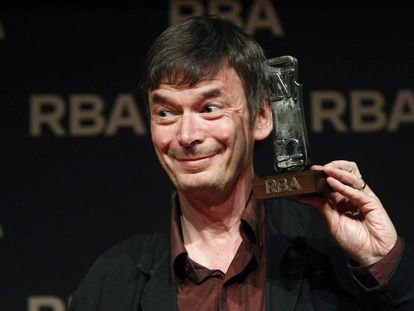 El escritor escocés, con el galardón.