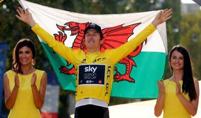El corredor del equipo Sky Geraint Thomas celebra su victoria en el Tour de Francia este pasado julio con una bandera de Gales.
