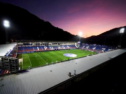 Vista del estadio de Ipurua en el partido a puerta cerrada Eibar-Real Sociedad.