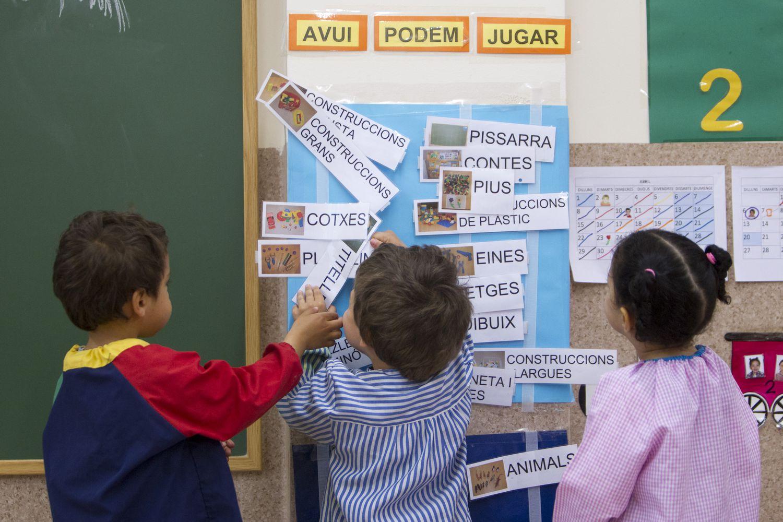 Niños y letreros en catalán en un aula del colegio público Reina Violant, en Barcelona.