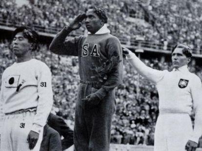 Jesse Owens en el podio olímpico después de su victoria en el salto de longitud en los Juegos Olímpicos de Berlín 1936.