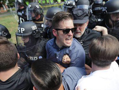 El supremacista blanco Richard Spencer, el sábado al ser desalojado por la policía en la protesta de Charlottesville