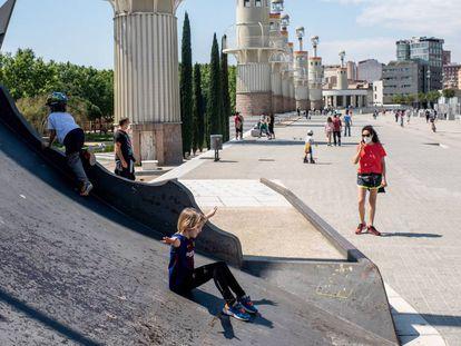 Niños juegan en un parque en Barcelona.