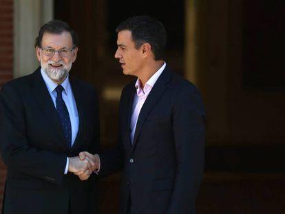 Mariano Rajoy recibe a Pedro Sánchez en La Moncloa.