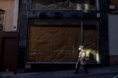 Una mujer camina por el casco histórico de Toledo.