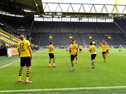 Haaland, de espaldas a la izquierda, celebra su gol al Schalke el sábado en el estadio vacío.