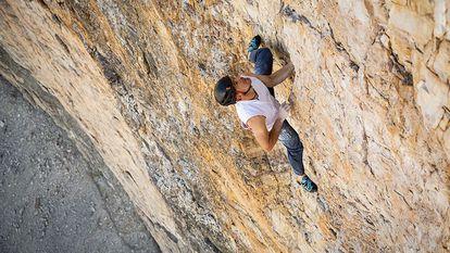 Dani Arnold durante una de sus ascensiones sin cuerda.