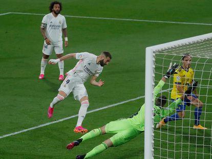 Karim Benzema marca el tercer gol del Madrid al Cádiz.