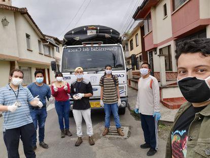 Estudiantes de la Universidad del Cauca en una de las jornadas de entrega de ayudas en la ciudad de Popayán, Colombia.