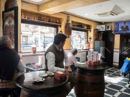 Un bar de Carabanchel el 13 de marzo de 2020, durante el discurso de Pedro Sánchez en el que anunció que España entraba en estado de alarma por el coronavirus.