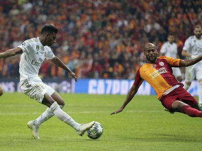 Rodrygo trata de regatear a un jugador del Galatasaray.