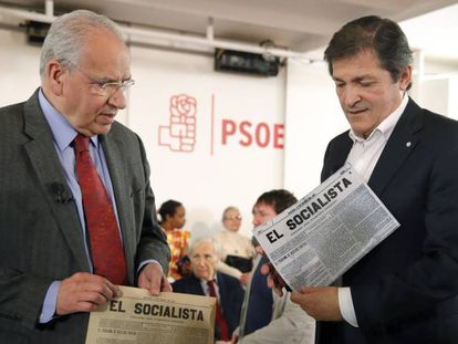 El presidente de la Comisión Gestora del PSOE, Javier Fernández , y el presidente de la Fundación Pablo Iglesias, Alfonso Guerra.