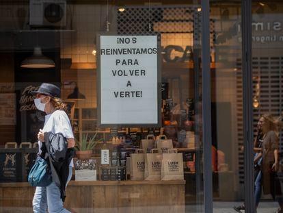 Tienda en Sevilla durante la primera fase de desescalada.