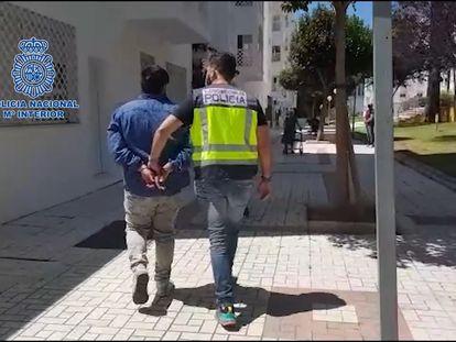 El hombre detenido mientras los agentes lo llevan a comisaría.