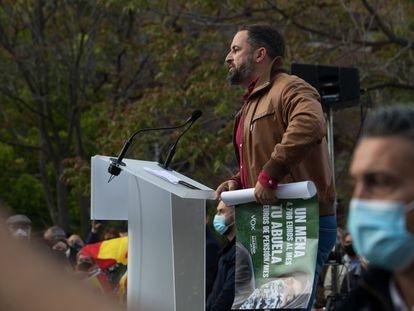 Santiago Abascal sujeta un cartel de Vox durante un mitin en Hortaleza el 20 de abril.