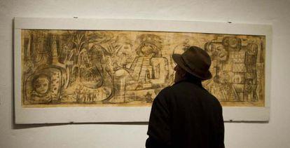 Un visitante contempla una obra de Chávez Morado, ayer en Cádiz.