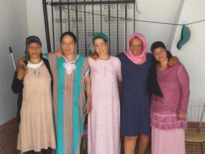 Fatna, Saidia, Najiya y otras dos compañeras temporeras marroquíes frente a la casa en la que viven en la provincia de Huelva. PRELSI HUELVA