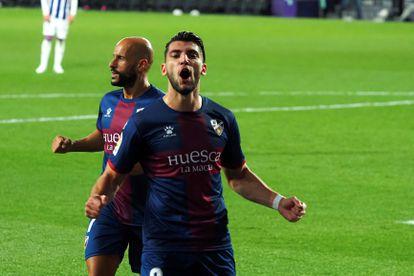 El delantero del Huesca Rafa Mir (en primer término) celebra uno de sus goles ante el Valladolid este viernes en el estadio José Zorrilla.
