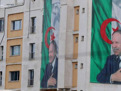 Carteles del presidente argelino, Abdelaziz Buteflika, en Argel.