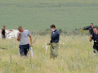 Varias personas, en el lugar del siniestro del MH17, en Ucrania, en julio.