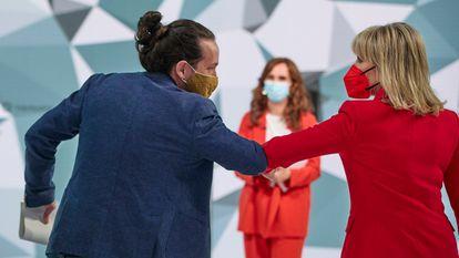 El candidato de Unidas Podemos a la Presidencia de la Comunidad de Madrid, Pablo Iglesias, saluda a la presentadora del debate, María Rey, con Mónica García (Más Madrid) al fondo.