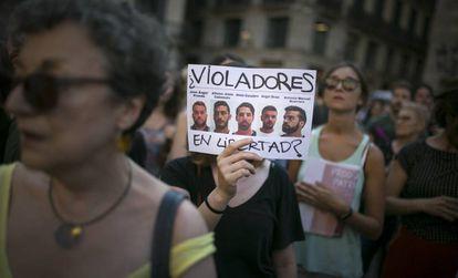 Manifestacion en la Plaza Sant Jaume en contra de la puesta en libertad provisional de los miembros de La Manada.
